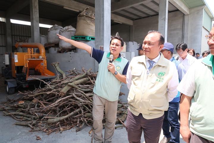 農委會主委林聰賢南下視察首座生物炭發電系統,了解農業廢棄物再利用過程。記者翁禎霞/攝影
