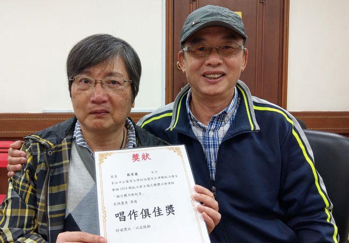 蔡秀盡(左)在丈夫洪振圖(右)陪伴下,如今每周都重溫逛大賣場的樂趣。記者趙容萱/攝影