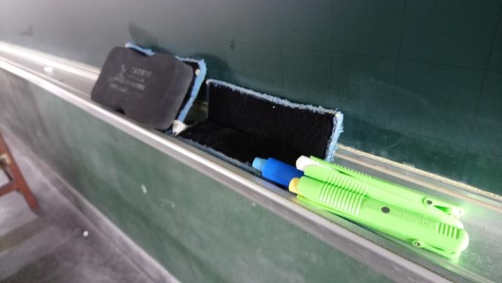 環保黑板只要用濕抹布即可 擦拭乾淨。記者卜敏正/攝影