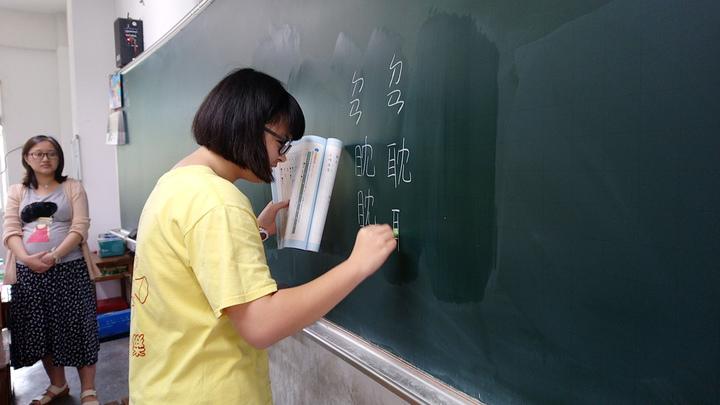 水擦式環保黑板不會出現粉塵。記者卜敏正/攝影