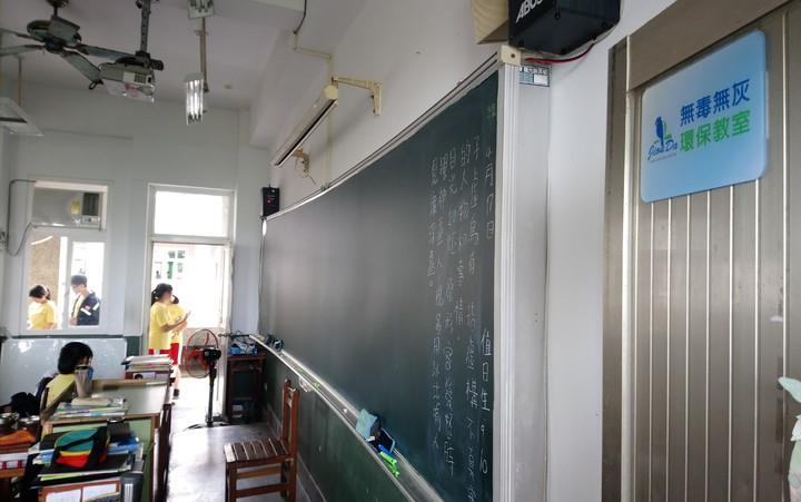 水上國中設置3間無塵無灰環保教室。記者卜敏正/攝影
