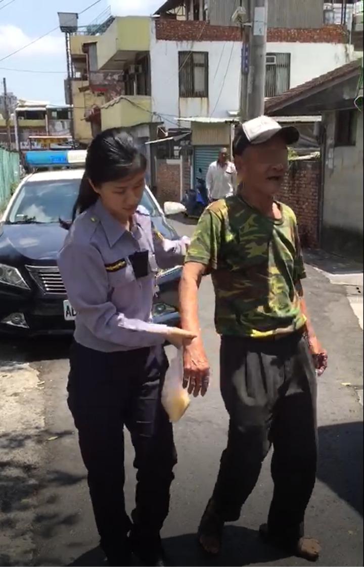 左營派出所女警余珉蕙(左)攙扶于姓老翁返家,于稱讚她「人美心更美!」。記者黃宣翰/翻攝