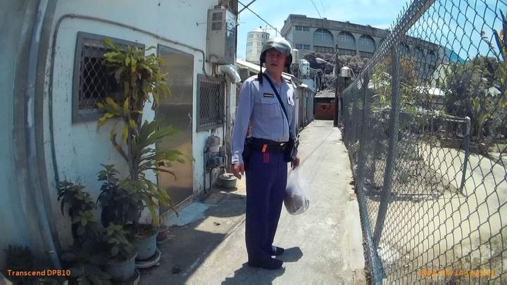 左營派出所警員黃川峰,熱心協助于姓老翁返家。記者黃宣翰/翻攝