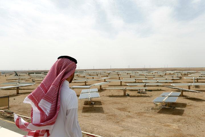 一名沙烏地阿拉伯男士10日俯瞰首都利雅德以北烏亞納(Uyayna)的太陽能發電廠。沙烏地阿拉伯王儲沙爾曼3月底就與日本軟銀集團簽署合作備忘錄,計畫在沙國建設全世界最大的太陽能發電廠。路透