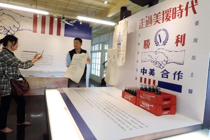 屏東縣政府在將軍之屋展出「走過美援時代」相關文物,麵粉袋成了那個時代的重要記憶。記者翁禎霞/攝影