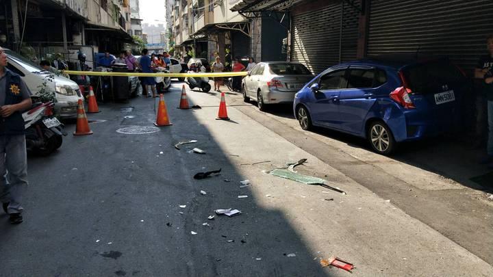 高雄港警開槍追捕販毒嫌犯,在高雄市鳳山區華山街現場,一片混亂。記者林保光/翻攝