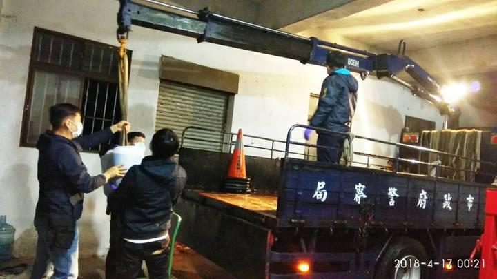 台北市刑大等專案小組成員,正清點安非他命成品與半成品數量。記者廖炳棋/翻攝