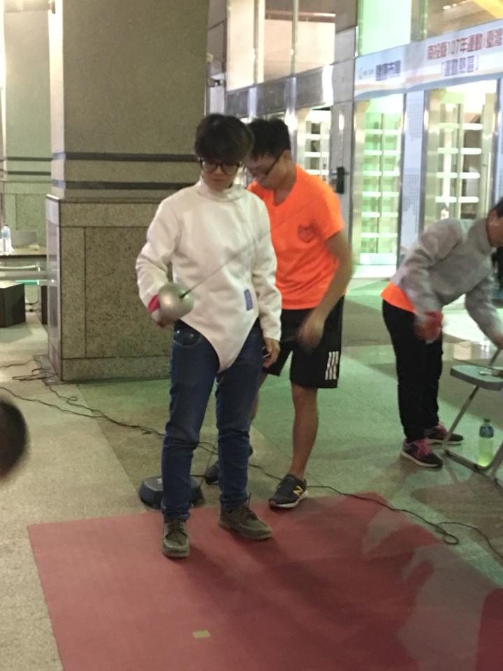 南投縣運動業市可體驗罕見的擊劍運動,體驗者得換上專業服裝、戴面罩,且手持西洋劍學習。圖/民眾提供