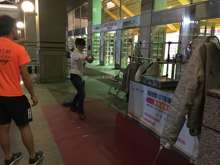 擊劍運動光裝備就要上萬元,民眾少有機會接觸,但在南投縣運動夜市裡,民眾可免費體驗。圖/民眾提供