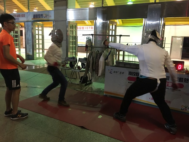 南投縣運動夜市裡,民眾能手持西洋劍,還得換專業服裝、戴面罩,體驗歐洲中世紀的擊劍運動。圖/民眾提供