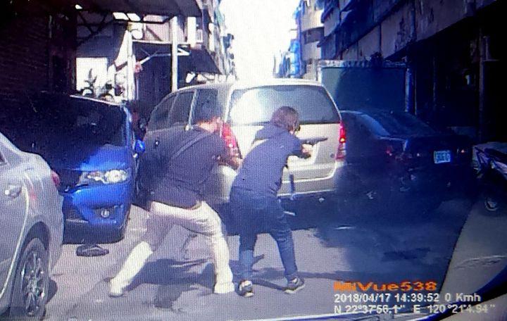 高雄港警總隊今天下午追捕涉嫌販毒的雷姓男子,員警開槍射擊。記者林保光/翻攝