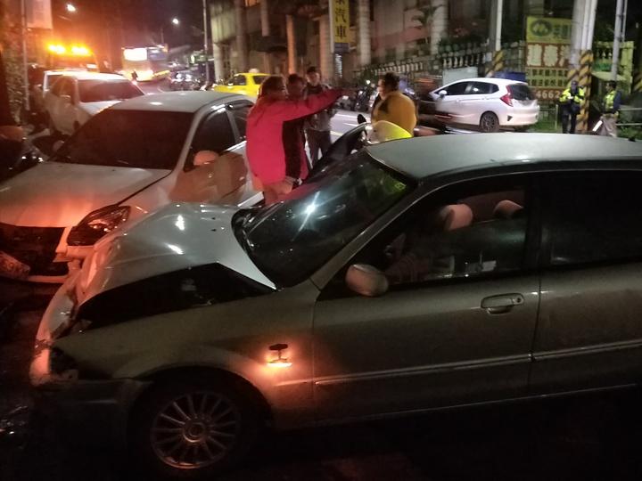 基隆市晚間發生一輛汽車逆向撞到對向,連環撞多輛汽機車,現場一片凌亂。記者游明煌/攝影