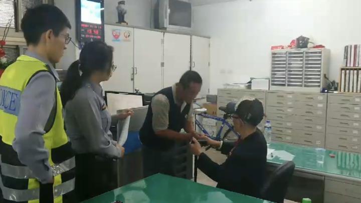 百歲老人被偷5萬,不動怒勸賊努力工作,男子鞠躬緊握老人雙手道歉。圖/台中東勢分局提供