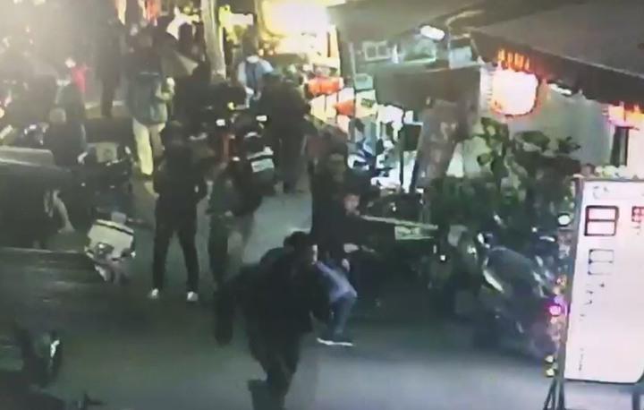 南機場夜市日前鬥毆衝突,曾姓男子遭刀捅住院10多天。記者蕭雅娟/翻攝