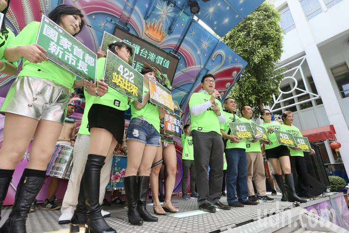 民進黨立委姚文智(左五)上午在立法院舉行「422大遊行」行前記者會,姚文智身穿「TAIWAN TAIPEI」T恤,訴求「守護台灣價值、捍衛首都站出來」。記者林伯東/攝影