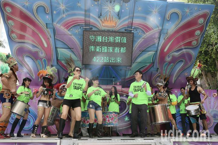 民進黨立委姚文智(右三)上午在立法院舉行「422大遊行」行前記者會,姚文智身穿「TAIWAN TAIPEI」T恤,訴求「守護台灣價值、捍衛首都站出來」。記者林伯東/攝影