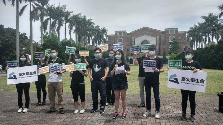 台大學生會今天辦理遊行,要求政府應重視空汙議題。記者林良齊/攝影