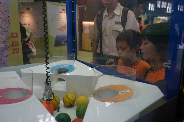 「水保防災起步走」特展寓教於樂,夾娃娃機變成防災知識大挑戰的遊戲機,小朋友玩得不亦樂乎。記者王燕華/攝影