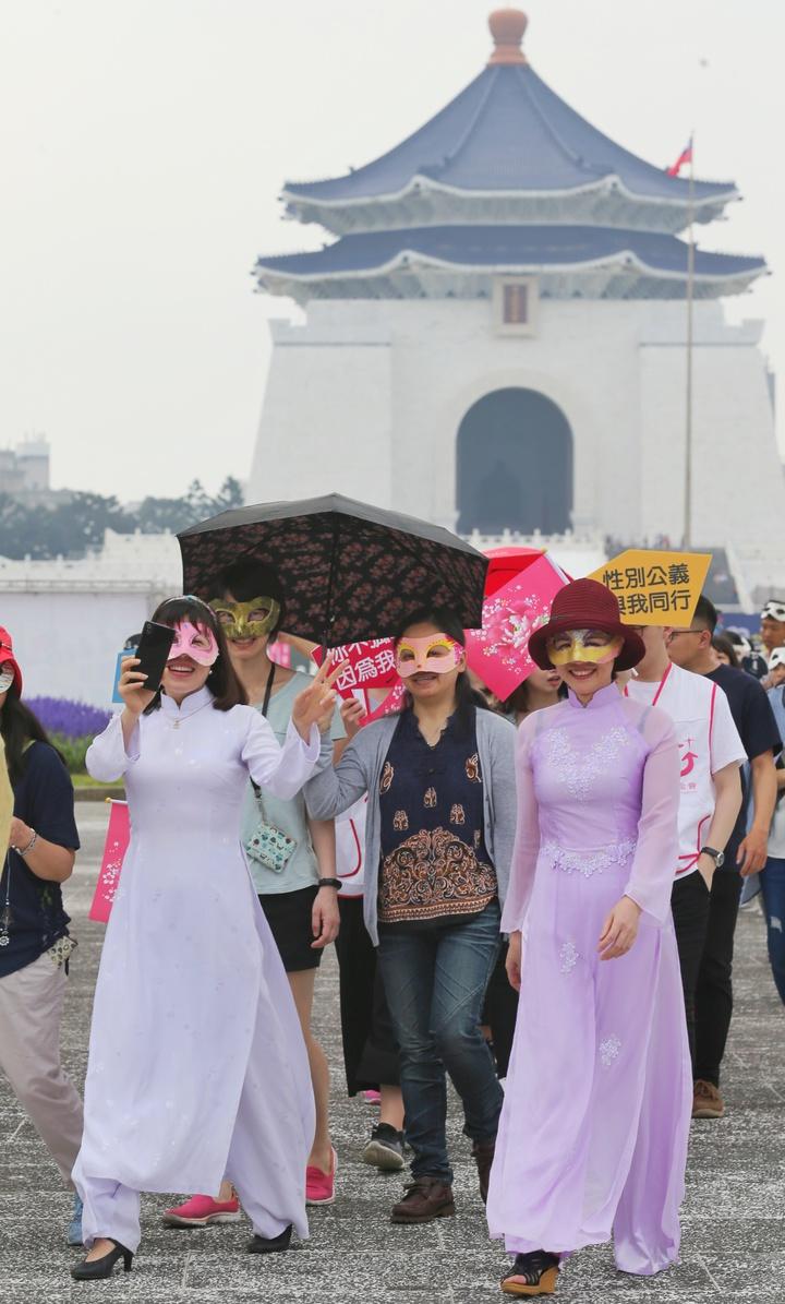 女性新住民戴上眼罩參加遊行活動。記者鄭清元/攝影