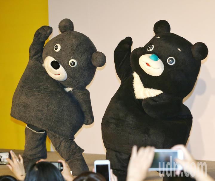 舊熊讚(左)與新熊讚(右)一同熱舞。記者鄭清元/攝影