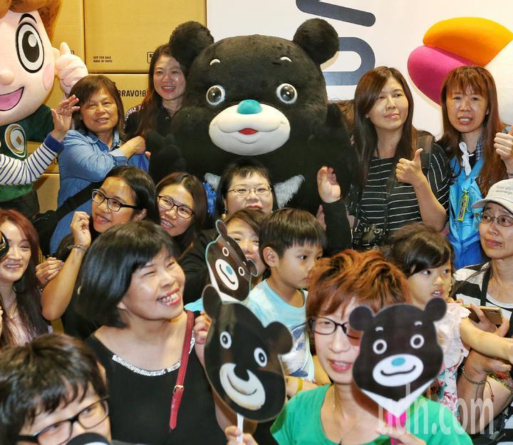 海洋熊讚與「熊粉」們合影留念。記者鄭清元/攝影