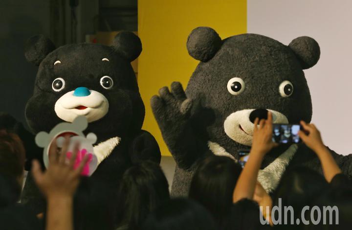 世大運熊讚(右)在新任熊讚(左)陪同下向民眾道別。記者鄭清元/攝影