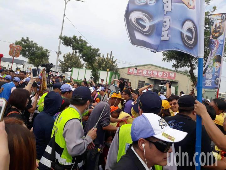 在數萬人陪行下,大甲媽鑾轎早上從清水朝興宮出發,下午將回到大甲市區。記者黑中亮/攝影