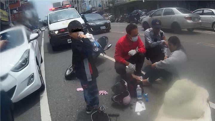 嘉義市44歲楊姓婦人騎機車載6歲兒子外出,行經安和路與民族路口時,停在路旁的轎車突然開門,母子閃避不及撞上,跌坐在地。楊婦雙腳擦傷,林姓男童流鼻血、頭暈想吐,所幸送醫後無大礙。圖/嘉義市消防局提供