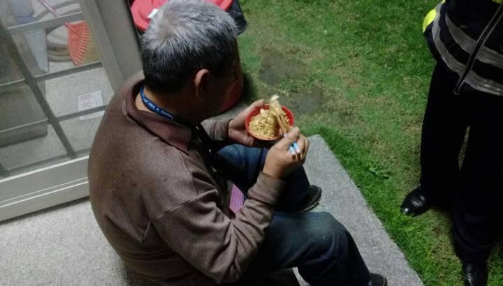 71歲黃姓男子迷失方向,被警發現通知由家人。圖/東勢分局提供