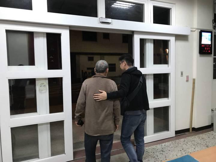 71歲黃姓男子迷失方向,被警發現通知由家人帶回。圖/東勢分局提供