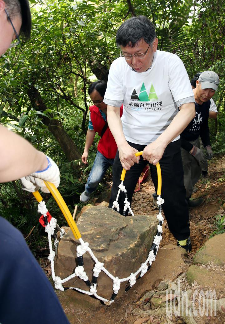台北市長柯文哲上親自搬運石塊。記者侯永全/攝影