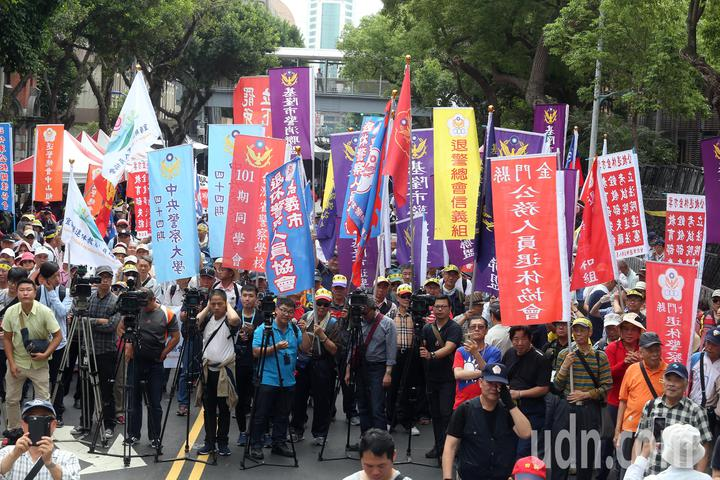 退休警察人員協會總會發起為期2天1夜的「警消不服從」抗議活動上午持續在立法院週邊舉行,抗議民眾陸續集結。記者曾吉松/攝影