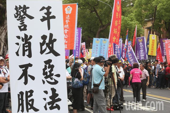 退休警察人員協會總會發起為期2天1夜的「警消不服從」抗議活動上午持續在立法院週邊舉行。記者曾吉松/攝影