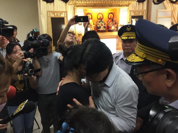 內政部長葉俊榮(右二)看葉妻傷心不已,抱她拍背安慰。記者吳政修/攝影