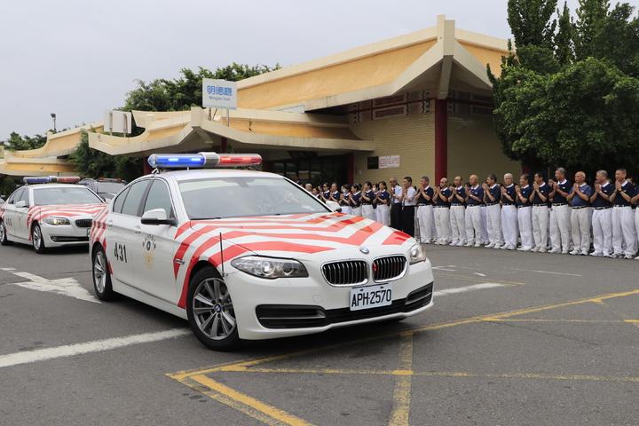 兩名殉職的國道警察今天移靈,慈濟志工到場助念。記者曹馥年/攝影