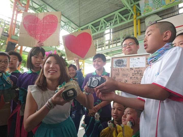 日本女大生椿原世梨奈飛台,今天到宜蘭岳明國小領回從日本海漂兩年到台灣的相機。記者羅建旺/攝影
