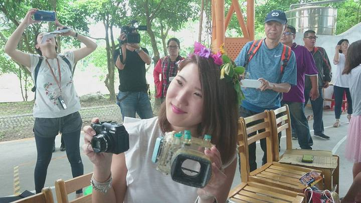 日本女大生椿原世梨奈飛台,今天到宜蘭岳明國小領回從日本海漂兩年到台灣的相機,相機還可以拍。記者羅建旺/攝影