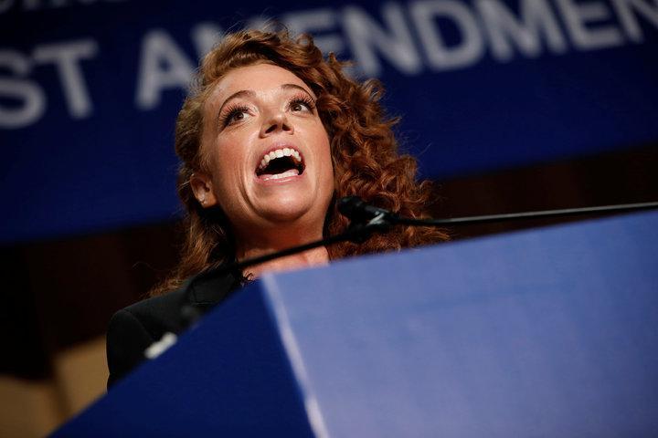 白宮記者協會晚宴主持人沃爾夫(Michelle Wolf)對白宮發言人桑德斯的玩笑開過頭,被批評涉及人身攻擊,事後引發爭議。路透