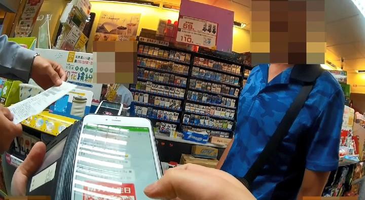 水電工到超商要買點數,員警到場勸止。記者游振昇/翻攝
