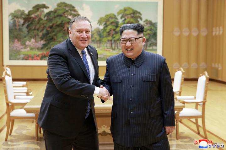 北韓朝中社9日釋出國家領導人金正恩與美國國務卿龐培歐在平壤的北韓勞動黨總部開會時握手致意的照片。龐培歐11日指出,只要平壤同意迅速去核化,美方就願意提供北韓經濟支援。美聯社