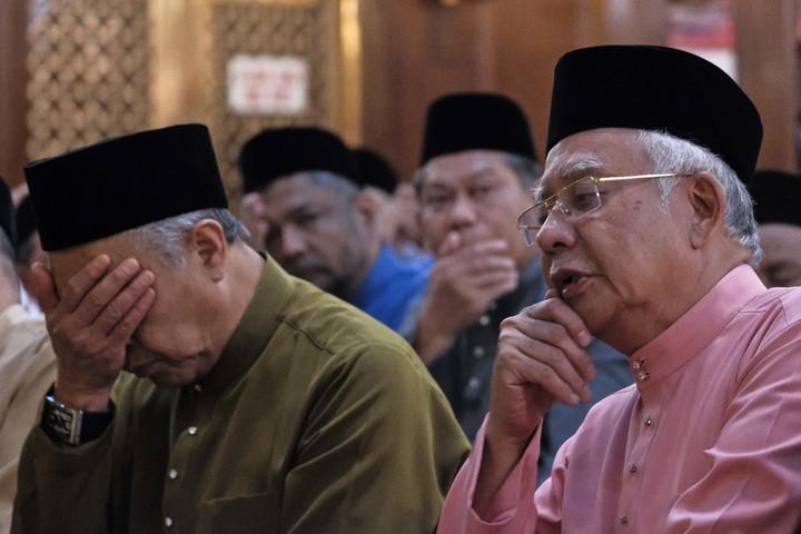 馬來西亞前總理納吉(右)11日參加在吉隆坡舉行的巫統黨72周年黨慶。納吉與妻子羅絲瑪12日被當局限制出境,並於下午引咎辭去國陣與巫統的黨主席。美聯社
