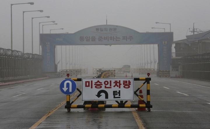 南韓通往板門店附近兩韓非武裝區的統一橋16日影像,路障告示牌寫著「禁止車輛通行」。北韓官媒朝中社16日宣布無限期推遲原訂本日舉行的兩韓高級會談後,又引述高層說法指出,要是美國繼續強行要求北韓單方放棄核武,就無意跟美方舉行類似會談,也將重新考慮是否參加預定6月舉行的「川金會」。美聯。