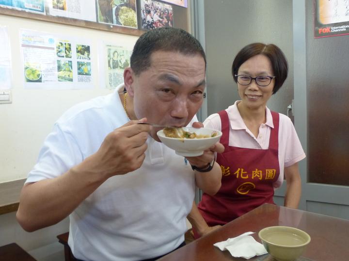 針對民進黨在台北市長是否提人選一事,他說,民進黨做什麼事,外人其實無法插嘴,他們是高手過招,過來過去,他就像吃肉圓一樣,自己吃飽、顧好比較實在。記者劉明岩/攝影
