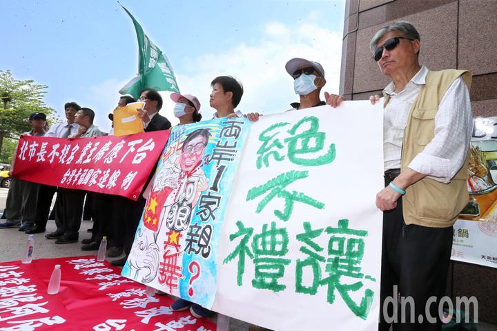 民進黨選對會今天開會討論台北市長布局,獨派團體與部分社運人士原本擔心民進黨禮讓柯文哲,而前往民進黨中央黨部抗議。記者胡經周/攝影