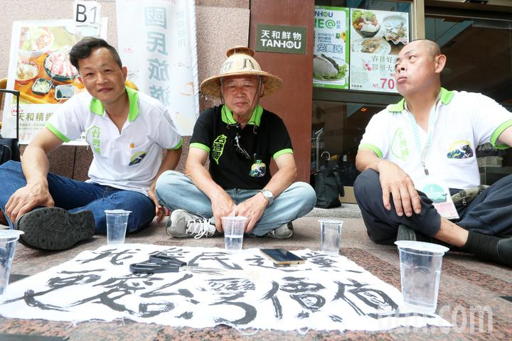 台灣國創辦人王獻極表示,民進黨「禮讓」柯文哲,也將全力「反輔選」,並剪去黨証,退出民進黨。記者胡經周/攝影