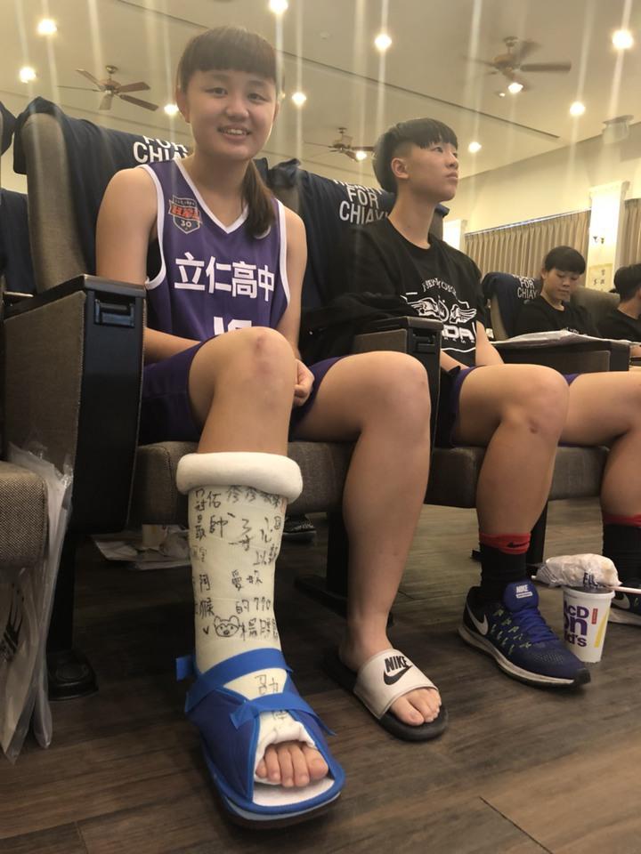 立仁高中女籃隊員楊織語右腳手術,仍不放棄她最愛