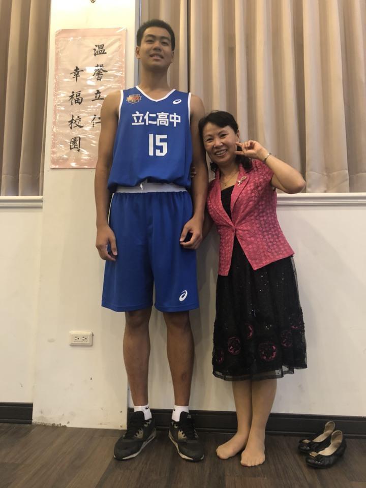 身高191公分林韋豪是立仁高中男籃的「第一長人」,156公分的校長柳雅梅站在