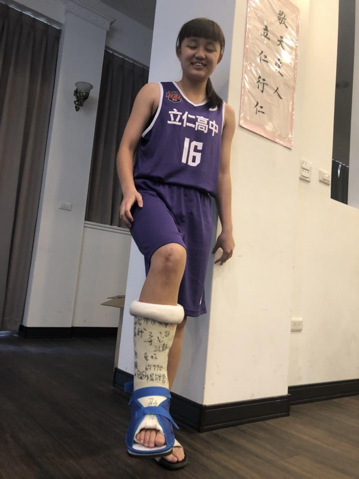 立仁高中女籃隊員楊織語右腳手術,仍不放棄她的籃球夢想。記者王慧瑛/攝影