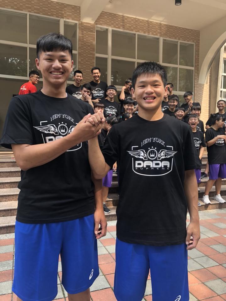 男籃隊長、高三學生陳世錦(右)及胞弟陳世維都是籃球隊好手,兄弟倆在球場上默契十足。記者王慧瑛/攝影