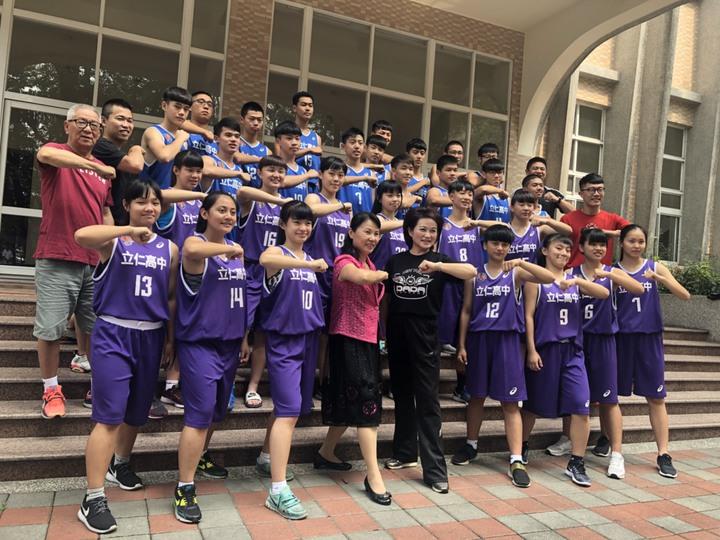 嘉義市議長蕭淑麗今天到立仁高中為球員打氣,並送上年輕人喜愛的潮T及麥當勞套餐。記者王慧瑛/攝影
